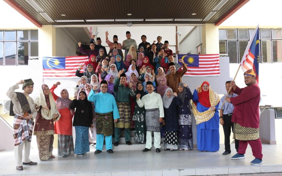 Sesi Bergambar Warga UTMDigital, UTM Johor Bahru Bersama Pengarah UTMDigital- Sempena Dengan Sambutan Hari Kemerdekaan Ke 63 Dan Sambutan Hari Malaysia 2020